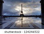 reflection of eiffel tower from ...