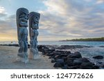 Постер, плакат: Wooden Hawaiian statues in