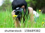 Постер, плакат: young girl taking picture