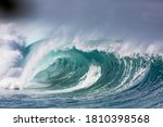 dangerous wave breaking in hawaii north shore