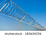Постер, плакат: Coiled razor wire with