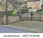 Roadside Cobbled Driveway Ston...