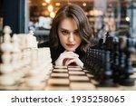 Beautiful Girl Play Chess ...