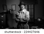 Постер, плакат: Attractive detective holding a