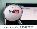 Постер, плакат: Magnifying Youtube Icon on