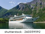 Постер, плакат: Cruise ship Legend of