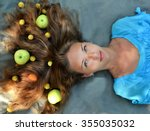 Постер, плакат: Apples food in the hair apples