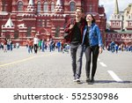 happy tourists sightseeing city ... | Shutterstock . vector #552530986