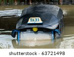 Постер, плакат: Tuk tuk taxi submerged in