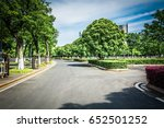 public square with empty road... | Shutterstock . vector #652501252