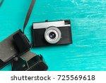 old retro camera on wooden...   Shutterstock . vector #725569618