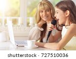 mother and daughter singing...   Shutterstock . vector #727510036