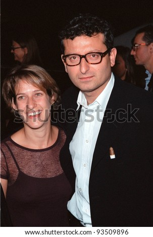 "03NOV99: Director GARY SINYOR & wife JODIE at Los Angeles premiere of his new movie ""The Bachelor"" which stars Chris O'Donnell & Renee Zellweger.  Paul Smith / Featureflash"
