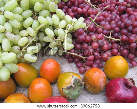 Red and green grapes with persimmon