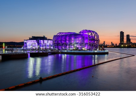 SEOUL - SEPTEMBER13: Sunset of Banpo artificial island located at Han River on September 13,2015 in Seoul, South Korea.