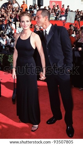 12SEP99: Actress JULIA ROBERTS & actor boyfriend BENJAMIN BRATT at the 51st Annual Emmy Awards in Los Angeles.  Paul Smith / Featureflash - stock photo