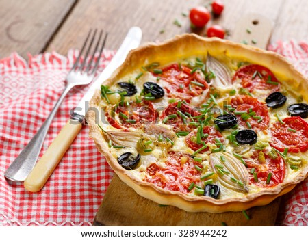 Tart with tomato, onion, olives and fresh chives