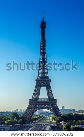A cloudless morning in Paris