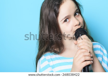 A girl sing in a microphone