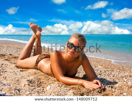 Любвеобильная женщина загорает на курорте  278462
