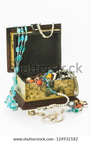 A jewellery kit with a lot of different jewels inside.