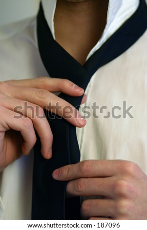 A man binding his tie