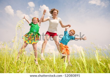 A mother with children Fun in the field.