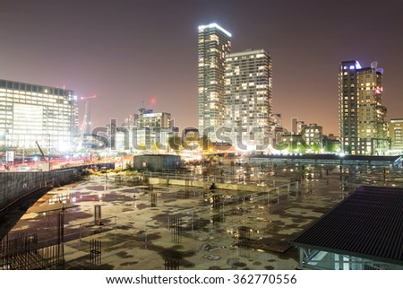 A night view of a construction site and buildings in Canary Wharf