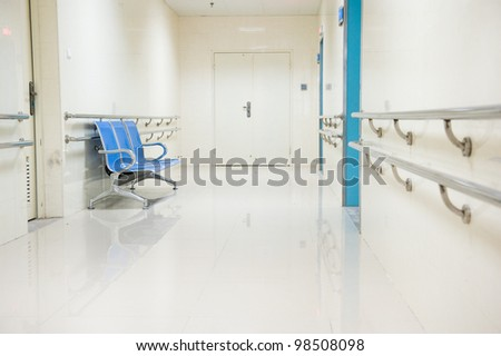 a row of chairs in the hospital hallway.
