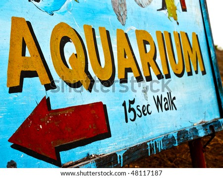 A sign showing the way to the aquarium