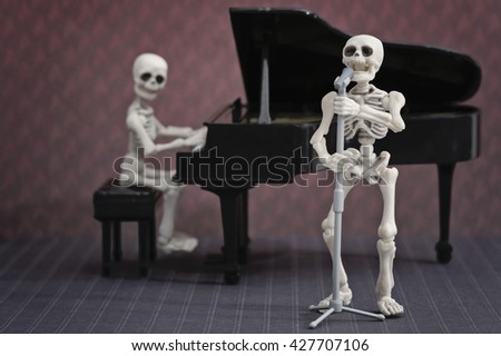A skeleton pianist and skeleton singer