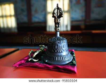 A  Tibet  bell show in the temple