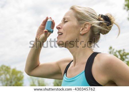 A woman who have a asthme crisis outside