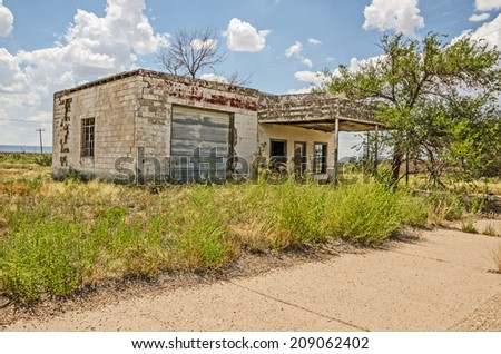Abandoned and dilapidated former service station on Route 66 - stock photo