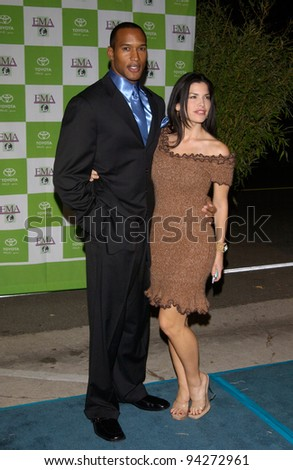 Actor HENRY SIMMONS & actress LAUREN SANCHEZ at the 12th Annual Environmental Media Awards in Los Angeles.  20NOV2002.   Paul Smith / Featureflash