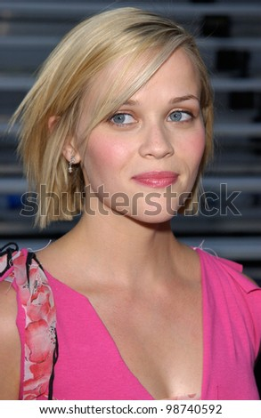 Actress REESE WITHERSPOON at the 2001 Teen Choice Awards at Universal Amphitheatre, Hollywood. 12AUG2001.    Paul Smith/Featureflash