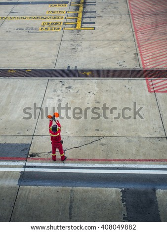 Airport marshalling signal from marshaller for aircraft controls, Ground Crew Signals Airport Ground Crew Outfit and Signals A ground crew signals the pilot - stock photo