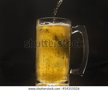 Alcoholic beverage in a glass/Mug of Beer/Sparkling bubbles in a refreshing drink