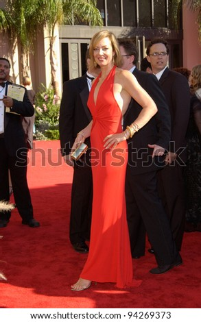 ALISON JANNEY at the 2002 Emmy Awards in Los Angeles. 22SEP2002.  Paul Smith / Featureflash
