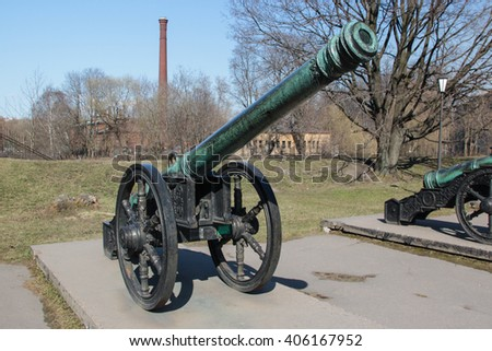 """Ancient bronze Livonian cannon """"Red lion"""" cast in Tallinn 1559 on a wheel gun carriage - stock photo"""