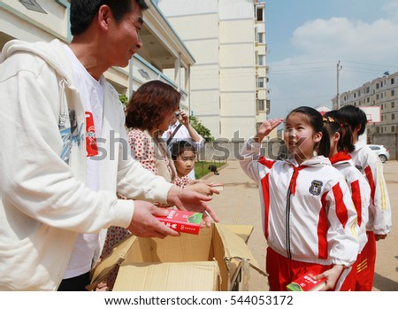 April 21, 2012, Jiangxi, East China's Jiujiang, hope primary school students receive a volunteer Chinese character Xinhua dictionary. China has a full nine years of compulsory education.