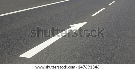 arrow in the middle of the road to the right