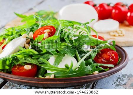 Салат с руколой помидорами черри и моцареллой