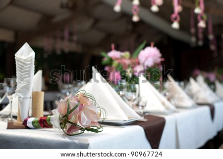 At the banquet table is svadebn?y bouquet. The restaurant welcomes guests to the celebration