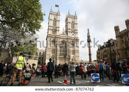 Atmosphere around Westminster Abbey on the eve of the Royal Wedding of Prince William to Catherine Middleton. 28/04/2011  Picture by: Alexandra Glen / Featureflash - stock photo