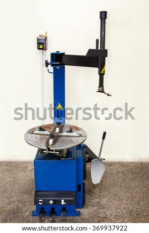 Automatic tyre assembling and repair machine in garage
