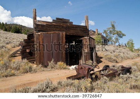 Automotive repair shop or garage, truck, and a house in the Montana ghost town of Comet - stock photo