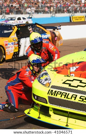 AVONDALE, AZ - NOVEMBER 15: Mark Martin (5) gets fresh tires during the NASCAR Sprint Cup Series, Checker O'Reilly Auto Parts 500 at Phoenix International Raceway on November 15, 2009 in Avondale, AZ. - stock photo