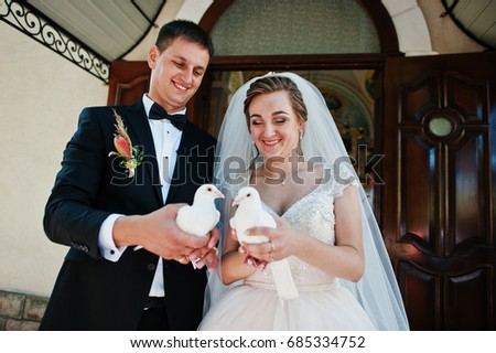 Awesome wedding couple releasing doves into the sky.