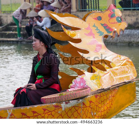 BAC Ninh, Vietnam, April 10, 2016 Bac Ninh maiden portrait, Vien, sitting on a boat, where lakes, the village festival